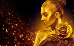De gouden huidvrouw met nam toe Manier Art Portrait Modelmeisje met glanzende professionele make-up van de vakantie de gouden gla stock fotografie