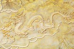 De gouden hulp van de godsdienst van draak stock foto