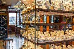 De gouden juwelen in één van de juwelen winkelen op de brug van Ponte Vecchio in Florence, Italië Royalty-vrije Stock Foto