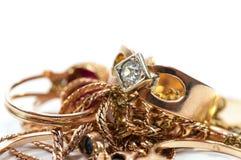 De gouden juwelen met gemmen, kettingen sluiten omhoog royalty-vrije stock afbeelding