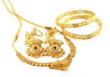 De gouden juwelen van het huwelijk voor Indische bruid Stock Foto