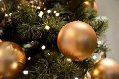 De gouden Kerstmisballen op boom sluiten omhoog Stock Afbeelding