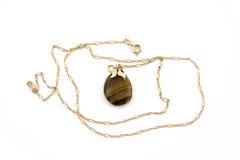 De gouden keten van Jewelery met geïsoleerdew steen Royalty-vrije Stock Foto's