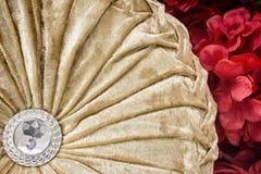 De Gouden kleur van het huwelijkshoofdkussen op Rood gebruik aan achtergrond Royalty-vrije Stock Fotografie