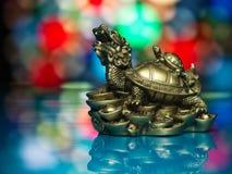 De gouden kleurrijke achtergrond van de feng-shuidraak Stock Afbeelding