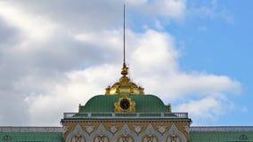 De gouden klok en de spits op het dak van het Grote Paleis van het Kremlin tijd-tijdspanne UHD - 4K 25 augustus, 2016 moskou Rusl stock videobeelden