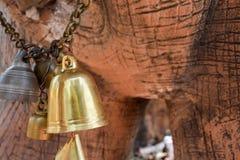 de gouden klok hangt op de ketting Royalty-vrije Stock Foto