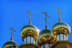 De gouden koepel op de houten Russische kerk Royalty-vrije Stock Foto