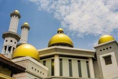 De gouden koepel van een moskee met bewolkte hemel als achtergrond foto genomen Pekalongan Indonesië stock afbeeldingen