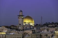 De gouden Koepel van de Rots in de avond tijd op de Tempel zet in de Oude Stad van Jeruzalem op royalty-vrije stock foto