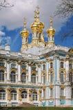 De gouden koepels van Catherine Palace in Tsarskoye Selo Stock Afbeeldingen