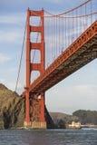 De gouden Landtongen die van de Brug van de Poort met Lichten van San Francisco Californië op achtergrond gelijk maken Stock Foto