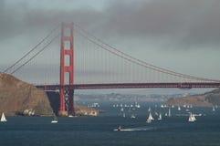De gouden Landtongen die van de Brug van de Poort met Lichten van San Francisco Californië op achtergrond gelijk maken Royalty-vrije Stock Afbeeldingen
