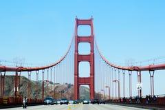 De gouden Landtongen die van de Brug van de Poort met Lichten van San Francisco Californië op achtergrond gelijk maken Stock Fotografie