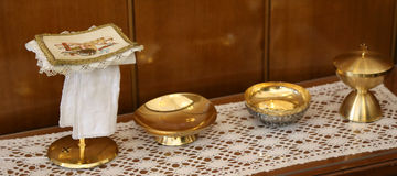 de gouden miskelk en paten voor Heilige Communie Stock Fotografie