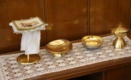 de gouden miskelk en paten voor Heilige Communie tijdens de Massa cere Stock Fotografie
