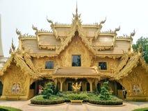 De gouden mooie die verfbouw met Thais gipspleisterpatroon is wordt verfraaid toilet van de tempel Wat Rong Khun van Rong Khun stock foto's