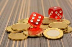 De gouden Muntmuntstukken met Rood dobbelen Stock Afbeelding