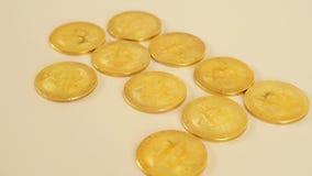 De gouden muntstukken van bitcoins liggen op de lijst Blockchain is de technologie van de toekomst stock videobeelden