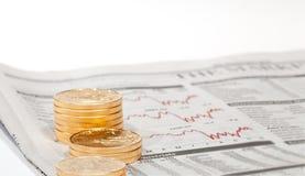 De gouden muntstukken van de Adelaar op krant Royalty-vrije Stock Fotografie