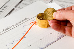 De gouden muntstukken van de Adelaar op krant Stock Foto