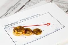 De gouden muntstukken van de Adelaar op krant Stock Foto's
