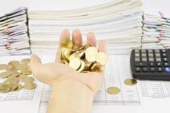 De gouden muntstukken van de mensenholding over financiënrekening Stock Afbeeldingen