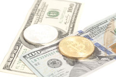 De gouden muntstukken van eind zilveren bitcoin op ons dollars Stock Afbeelding