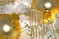 De gouden Ornamenten van Kerstmis en Glanzend Lint Royalty-vrije Stock Foto