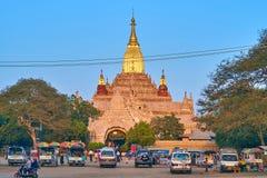 De gouden overkoepelde tempel in Bagan, Myanmar Royalty-vrije Stock Afbeeldingen