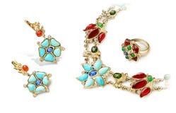 De gouden reeks van elegante en manierjuwelen van ringen, oorringen en halsband met robijnen, saffieren, smaragden, turkoois en d stock afbeeldingen