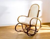 De gouden retro stoel van de tuimelschakelaar houten schommeling Stock Foto's