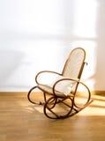 De gouden retro stoel van de tuimelschakelaar houten schommeling Stock Afbeeldingen