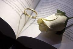 De gouden ring en boekt zich het romantische hart vormen stock foto's