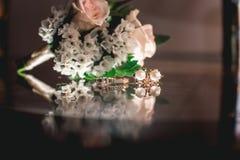 De gouden ring van het luxehuwelijk op het glas Royalty-vrije Stock Foto