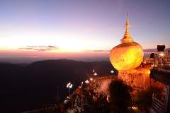 De Gouden Rots bij schemer De Pagode van Kyaiktiyo Monstaat myanmar stock afbeelding