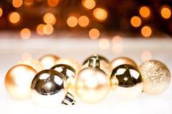 De gouden snuisterijen van Kerstmis Stock Afbeeldingen