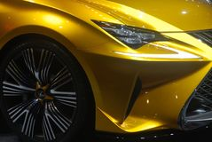 De gouden sportwagen van Lexus LF-C2 Stock Foto's