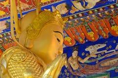 De gouden standbeelden van Boedha bij het Klooster van Tienduizendtalbuddhas, Hong Kong Stock Afbeeldingen