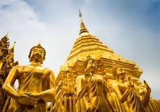 De gouden standbeelden van Boedha en hoofdstupa in Doi Suthep Stock Foto