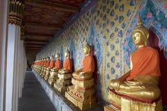 De gouden standbeelden van Boedha op een rij in Wat Arun in Bangkok royalty-vrije stock afbeelding