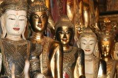 De gouden standbeelden van Boedha, Thailand. Stock Afbeeldingen