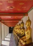 De gouden standbeelden van Boedha in Wat Pho Kaew, Bangkok, Thailand Royalty-vrije Stock Foto's