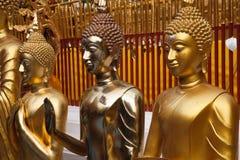 De gouden standbeelden van Boedha in Wat Phrathat Doi Suthep Royalty-vrije Stock Foto's