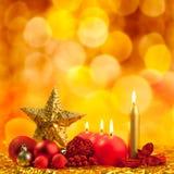 De gouden ster van Kerstmis met rode kaarsen Stock Afbeelding