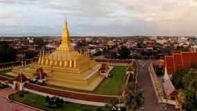 De gouden tempel is helder in de zonsondergang stock afbeelding