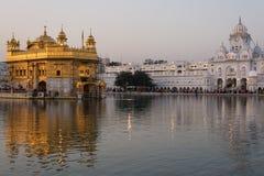 De Gouden Tempel op Amritsar, Punjab, India, het heiligste pictogram en de vereringsplaats van Sikh godsdienst Zonsonderganglicht stock foto