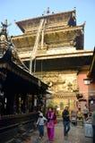 De gouden Tempel of pagode van Hiranya Varna Mahavihar binnen Stock Foto