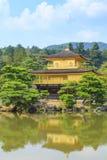 De Gouden Tempel van de Kinkakujitempel in Kyoto, Japan Stock Foto's