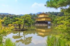 De Gouden Tempel van de Kinkakujitempel in Kyoto, Japan Stock Afbeeldingen